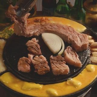 韓国スタイルの鉄板で自分だけのオリジナル焼肉を楽しもう!
