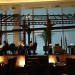94007935 - 天井も窓も高く、夜景が一望できる客席