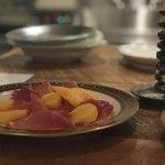 T.A.G. - 季節の果物(柿)とパルマ産生ハム 900円。