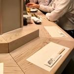 金井寿司 - 隣の人が笹焼き食べてる…