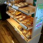 パンプキン - ケース内がおかわり用のパンだよ。それ以外は販売用のパンだから勝手に食べちゃダメよ。