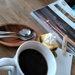 リエット カフェ - セットの珈琲とデザートのシフォンケーキ
