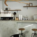 シロコーヒー - お店は、白い・無機質・なのに暖かいと言う感じでしょうか。