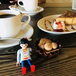 珈琲と人 - 珈琲とキャラメルチーズケーキ   お人形は伝票の印。