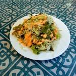 94027322 - ビリヤニに付いているサラダ、ドレッシングが少しピリッと辛くて美味しい。