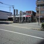 9403950 - 店舗前の道路にて