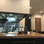 自家製熟成麺 吉岡 - 厨房とカウンター席