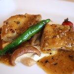 山手十番館 - 大山鶏のロースト モモ肉とムネ肉の両方がいただけるのは良いですね