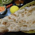 カルカッタ - インドレストランならではの安定の大きなナン