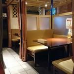 カルカッタ - 居心地の良い個室と広目のキッチンに続くカウンター席