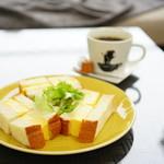 94044182 - 厚焼きたまごサンドイッチ (¥630)、農園指定こだわりコーヒー (¥537)