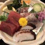 日本料理 はら田 - 地物3品定食@1000円。三崎のマグロ、長井の鯵、小坪のタコ、とのこと。マグロは上手に解凍されていて旨味たっぷり(^。^)。鯵は鮮度、歯ごたえ、旨味と揃い、大変美味しくいただきました(╹◡╹)