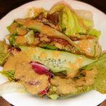 94060279 - 本日の鮮魚の香草焼き バルサミコソース 最初に出るサラダ
