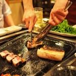 韓国料理 豚とんびょうし - お店の方が焼きも切り分けもやってくれました