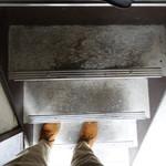 94066587 - 階段はこんな狭さ