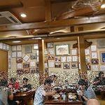 94067627 - 店内には著名人の写真やサイン色紙がズラリ。