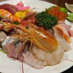 94067629 - 溢れんばかりに盛り付けられた魚介類!