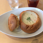 クラムチャウダー・ガーデン 幕張 - クラムチャウダー(白)をパンで。830円(外税)
