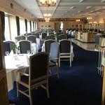 94087615 - レストランは広くて世界中の高齢者が船で乗り付ける