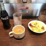 いきなりステーキ - セットのサラダとスープ    コーラは瓶で来ました。