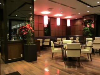 レストラン セリーナ - 店内のテーブル席