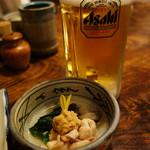 藤よし - 生ビールで乾杯。 お通しは、鶏もつの肉味噌添えです。