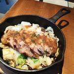 魚貝とワインと時々お肉 YOKOHAMA Mar Mare - トンテキ特製オニオンソース880円