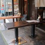 立呑みもつ焼処 柏二丁目酒場 - 店前の台