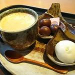万寿庵 - ホットコーヒーを頼むともれなく甘栗とジェラートが付いてきます(ФωФ)♪♪