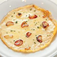 鉄板二百℃ - 鉄板二百℃の定番メニュー。絶品のチーズ料理です。