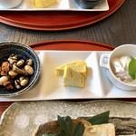 ランチとお茶の店 けんや - ひじきと大豆の煮物   卵焼き   柿のヨーグルト和え