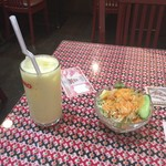 マウンテン - サラダとマンゴーラッシー。