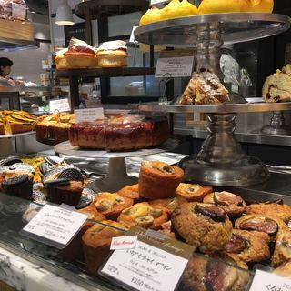 ディーン アンド デルーカマーケットストア - 料理写真:店内 パンコーナー
