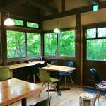 カフェ ド  珈茅 - 緑に囲まれた店内