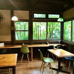 カフェ ド  珈茅 - 窓に向かうカウンター席もあります