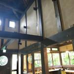 カフェ ド  珈茅 - 廊下も天井が高いです