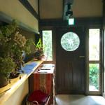 カフェ ド  珈茅 - お化粧室はドアを出て左手