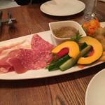 NORI - 前菜 ハムとバーニャカウダ、海老のフリット