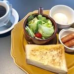 アデッジ - ホットコーヒー¥400と パワーモーニング(ドリンク代+¥200) ドリンク+トースト+卵+サラダ+ウインナー