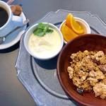 アデッジ - ホットコーヒー¥400と グラノーラモーニング(ドリンク代+¥300) グラノーラ+牛乳orヨーグルト+フルーツ …ヨーグルトをチョイス。
