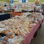 94144609 - 生産者自慢の手作りパンコーナー