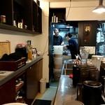 175°DENO担担麺 - カウンター内と奥が厨房