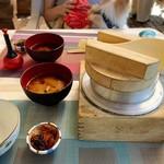 釜くら - 料理写真:五目釜めし(お味噌汁、漬物セット)