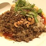94154313 - ひき肉、ナッツ、エビ、水菜がたっぷり乗って赤いラー油がかかった担担麺!