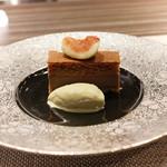 ハクガ - 三層に焼き上げたチョコレートケーキ、ピスタチオアイス