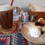 ミルク リトル ガーデン ルーム - シーフードドリアセット(1200円) アイスカプチーノと豆乳チーズケーキ(150円)