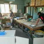 三嶋製麺所 - うどんをうつ