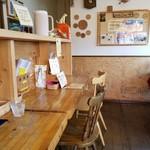 カリー小屋 - 学習机っぽいカウンター席
