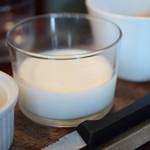 スケロク ダイナー - 【[モーニングセット]3Fマニュファクチュアのベーグルと、自家製グラノーラとミルクのセット(コーヒー付)@税込800円】ミルク