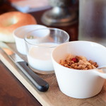スケロク ダイナー - [モーニングセット]3Fマニュファクチュアのベーグルと、自家製グラノーラとミルクのセット(コーヒー付)@税込800円